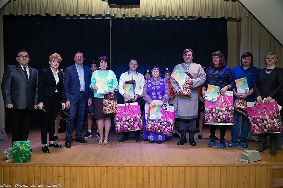 На сцену поднимались многодетные семьи, молодые мамы и папы, а ещё актив родительского Совета нашей организации